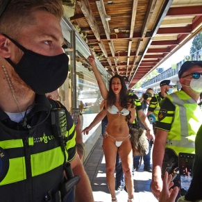 vrijheid-Freedom-walk-mask-bikini