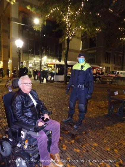 Freedom-Den-Haag-081020-police&man