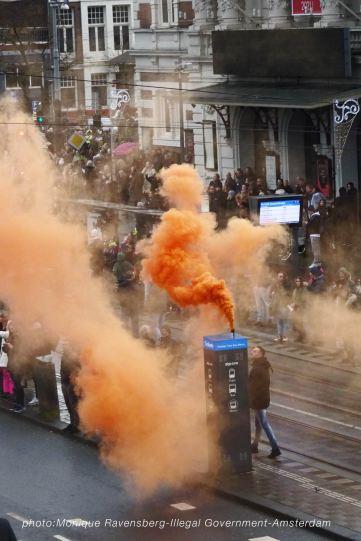freedom-illegal-government-Amsterdam-17-1-21-smoke-bomb