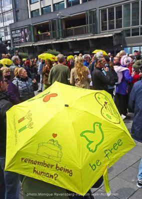 freedom-Rotterdam-walk-200417-yellow-umbrella