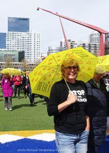 freedom-Rotterdam-walk-200424-yellow-umbrella