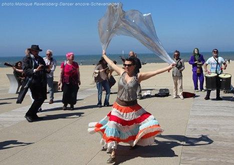 Dancer-encore-210530-Scheveningen-wind-play