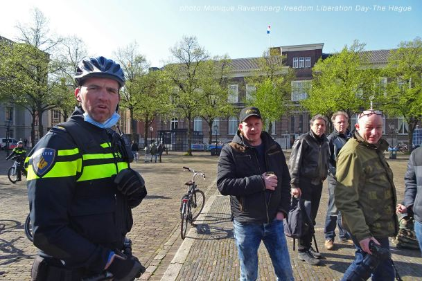 Freedom-Liberation-Day-Plein-police