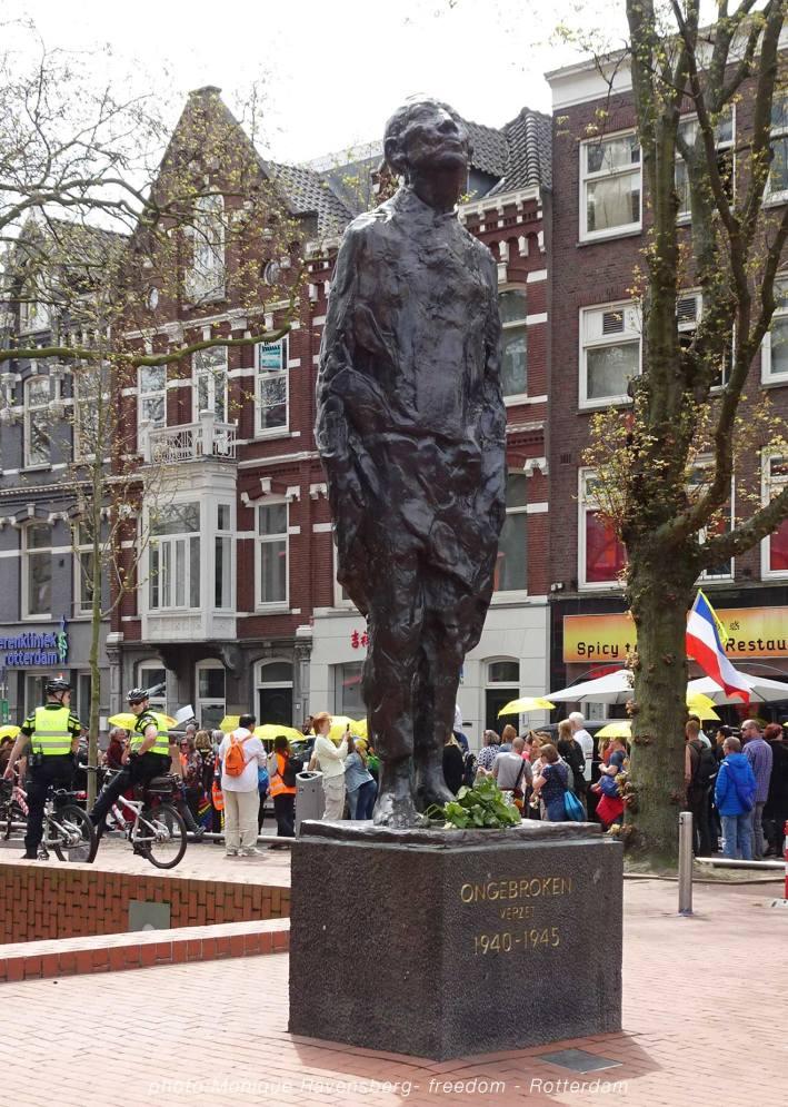 Freedom-march-210509-Rotterdam-statue