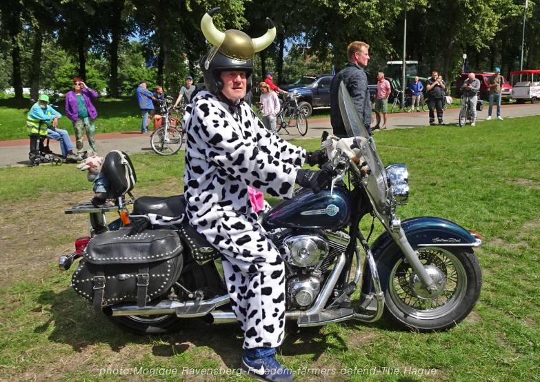Freedom-Farmers-defend-The-Hague-cow-bike