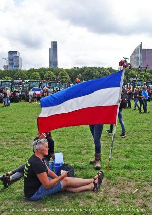 Freedom-Farmers-defend-The-Hague-flag-2