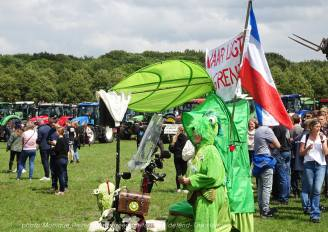 Freedom-Farmers-defend-The-Hague-lady-frog