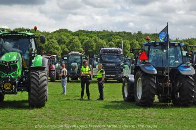 Freedom-Farmers-defend-The-Hague-police-tractor