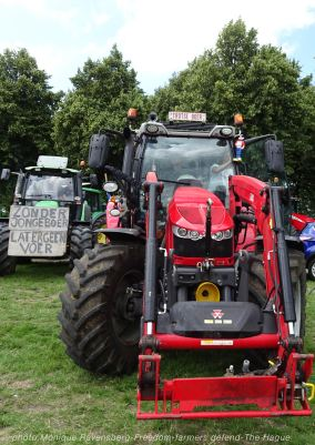 Freedom-Farmers-defend-The-Hague-tractor-2