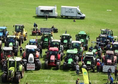 Freedom-Farmers-defend-The-Hague-traktor-line