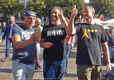 Freedom-210921-The-Hague-thumbs-up
